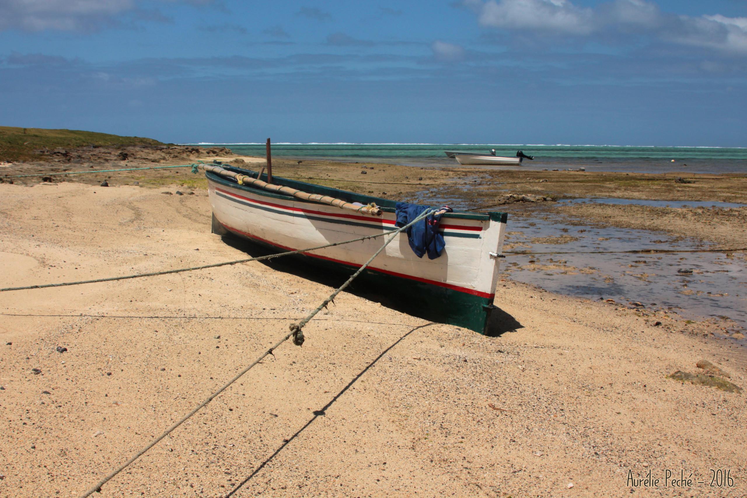 Barque sur la plage - île Maurice (Rodrigues)s