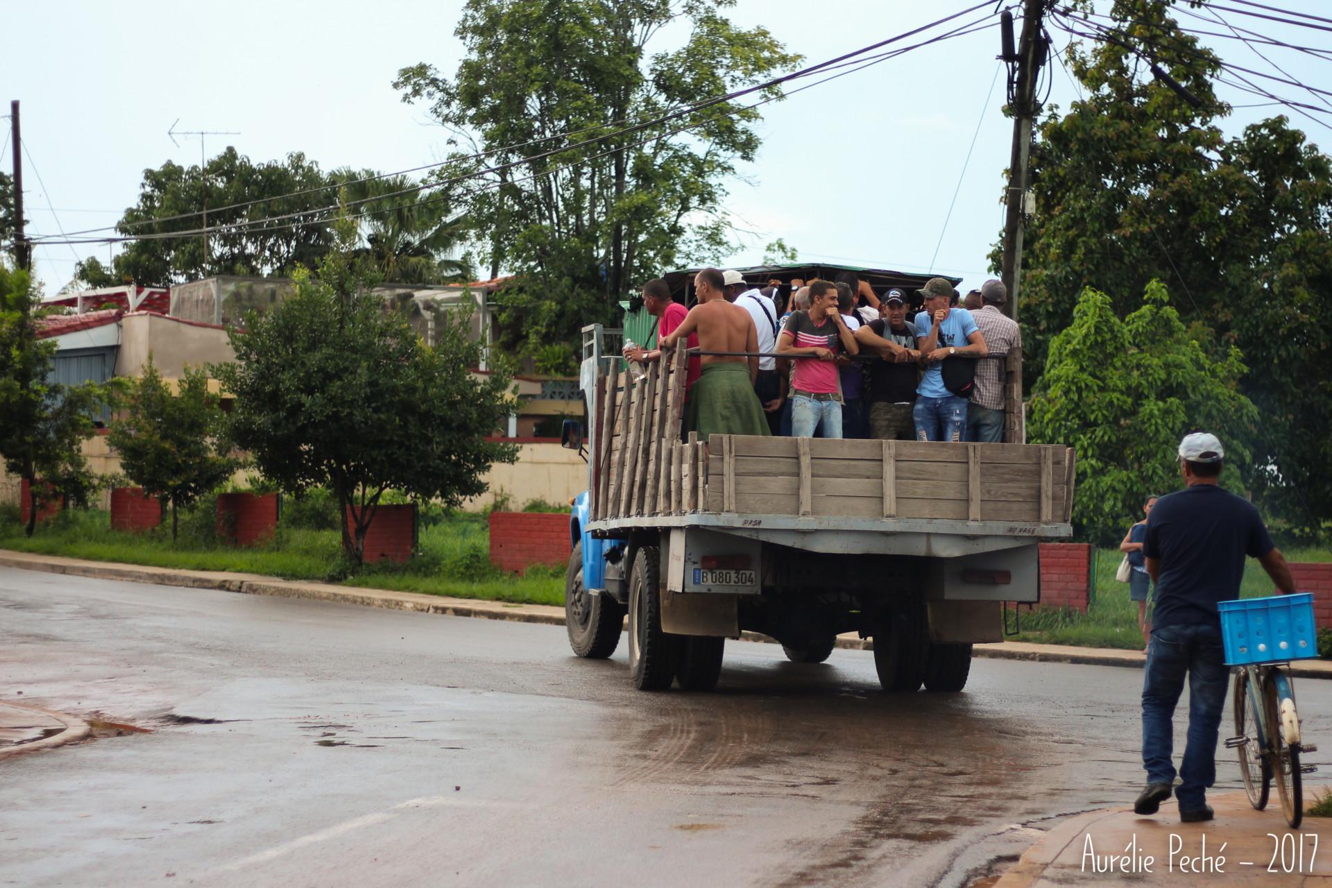 camion partant pour les champs