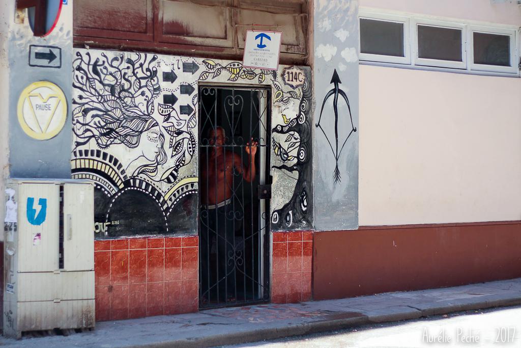 Logo bleu au dessus d'une casa particular à Cuba