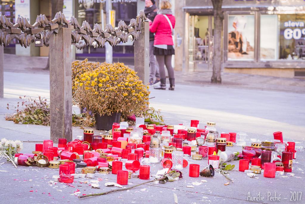Bougies au pied de la statue de Saint-Venceslas