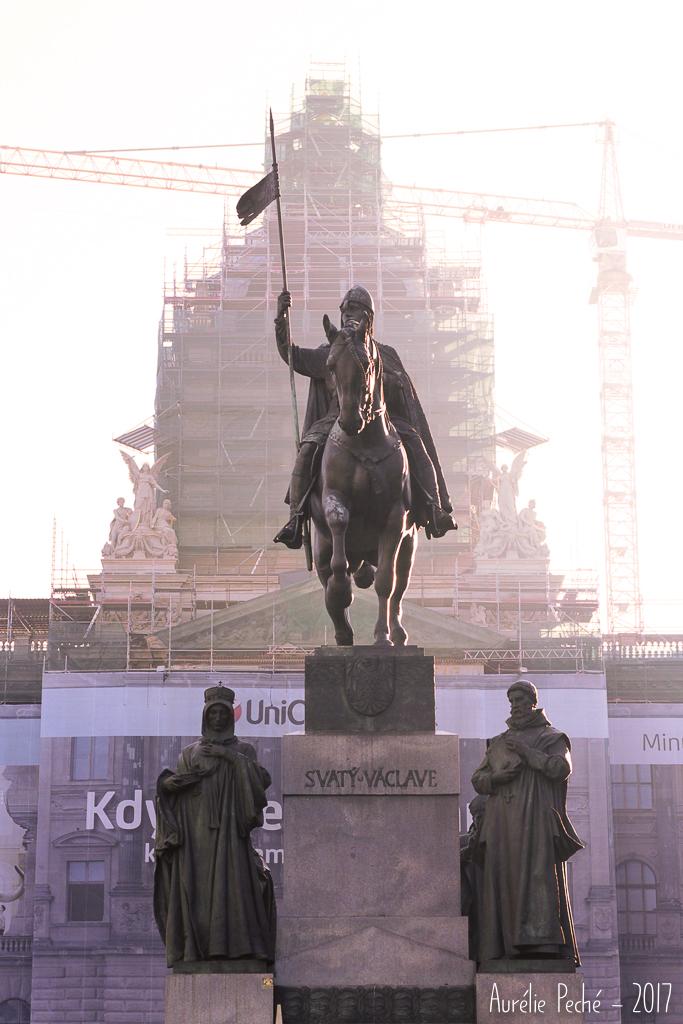 Statue de Saint-Venceslas en haut de son avenue