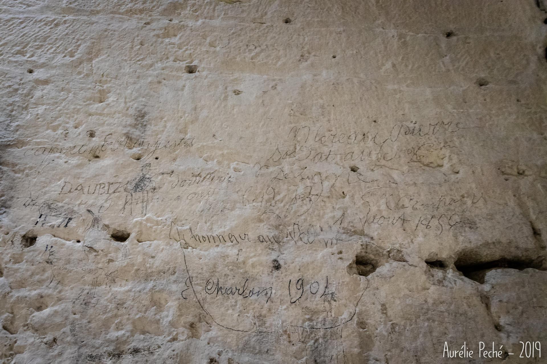 Graffitis à l'intérieur de la tour de Crest