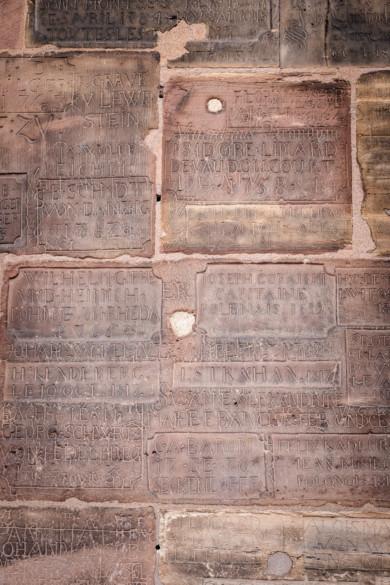 Gravure sur les murs de la plateforme de la cathédrale de Strasbourg