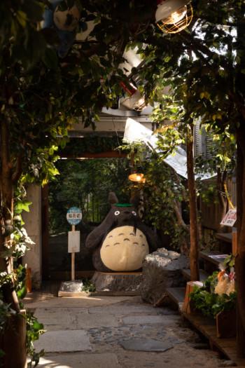 Statue de Totoro dans une boutique officielle à Kyoto