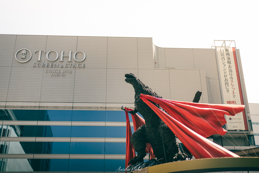 Statue de Godzilla devant le siège de la Toho