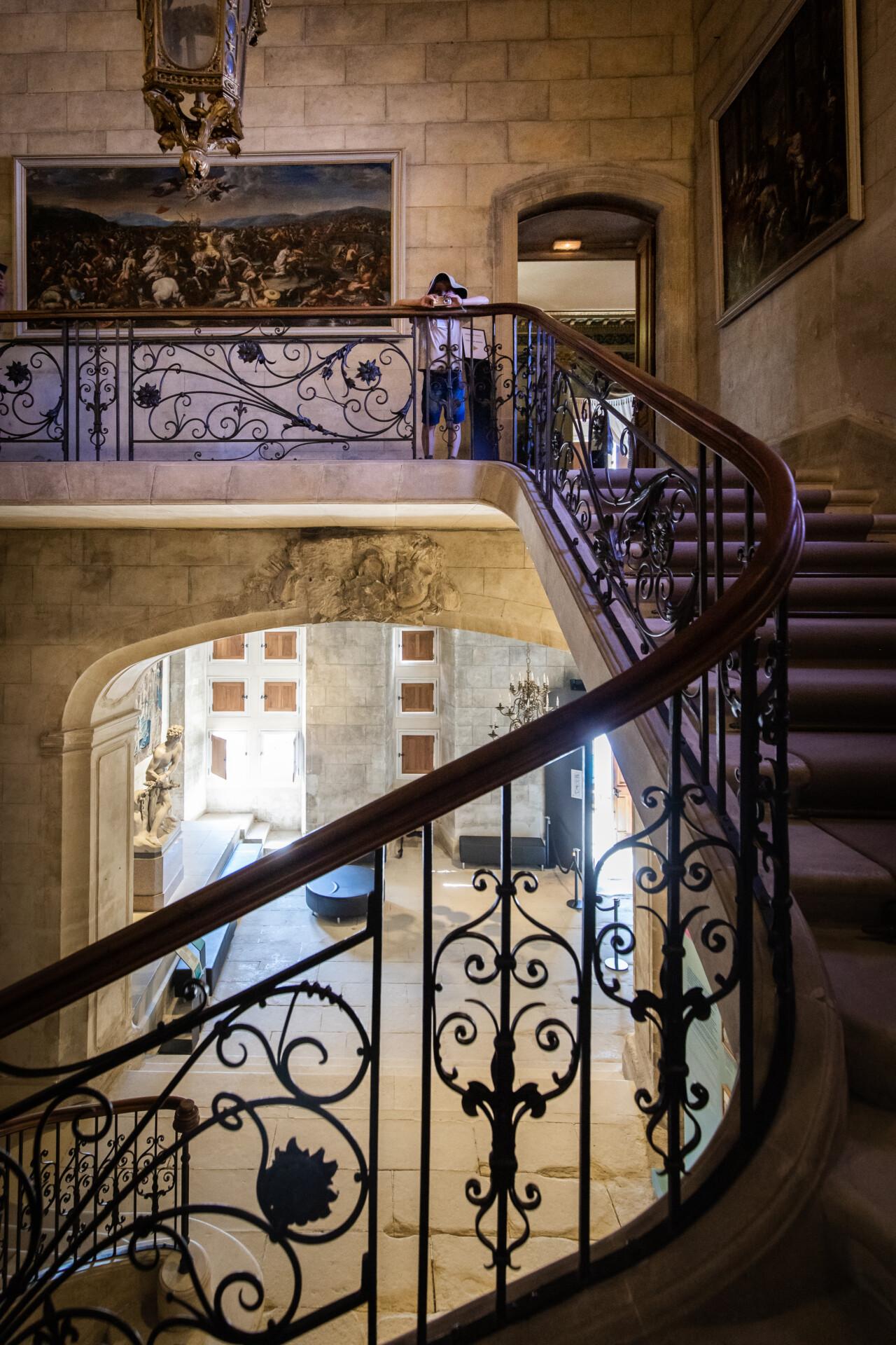 Escaliers du château de Grignan. Ces derniers ont de jolies rampes en fer forgé.