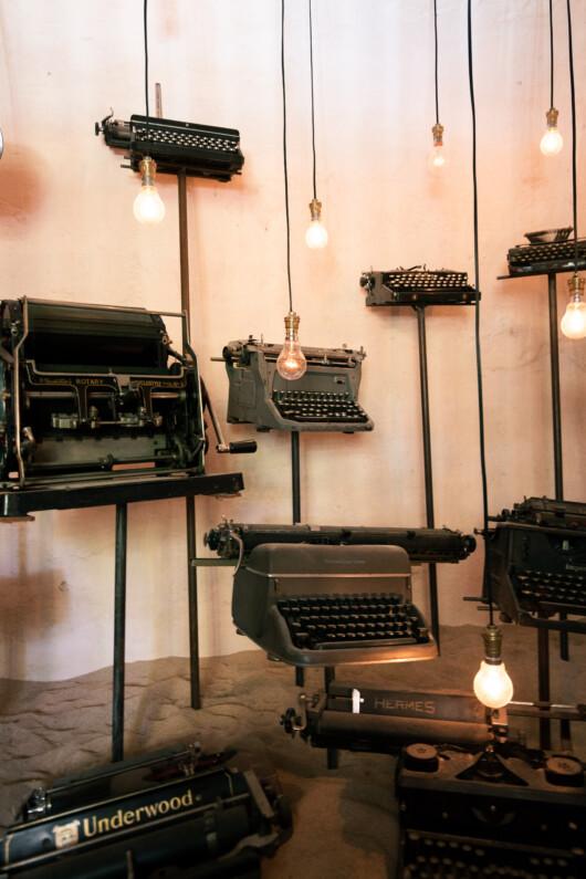 Séries de vielles machines à écrire mises en scène dans l'ancienne prison