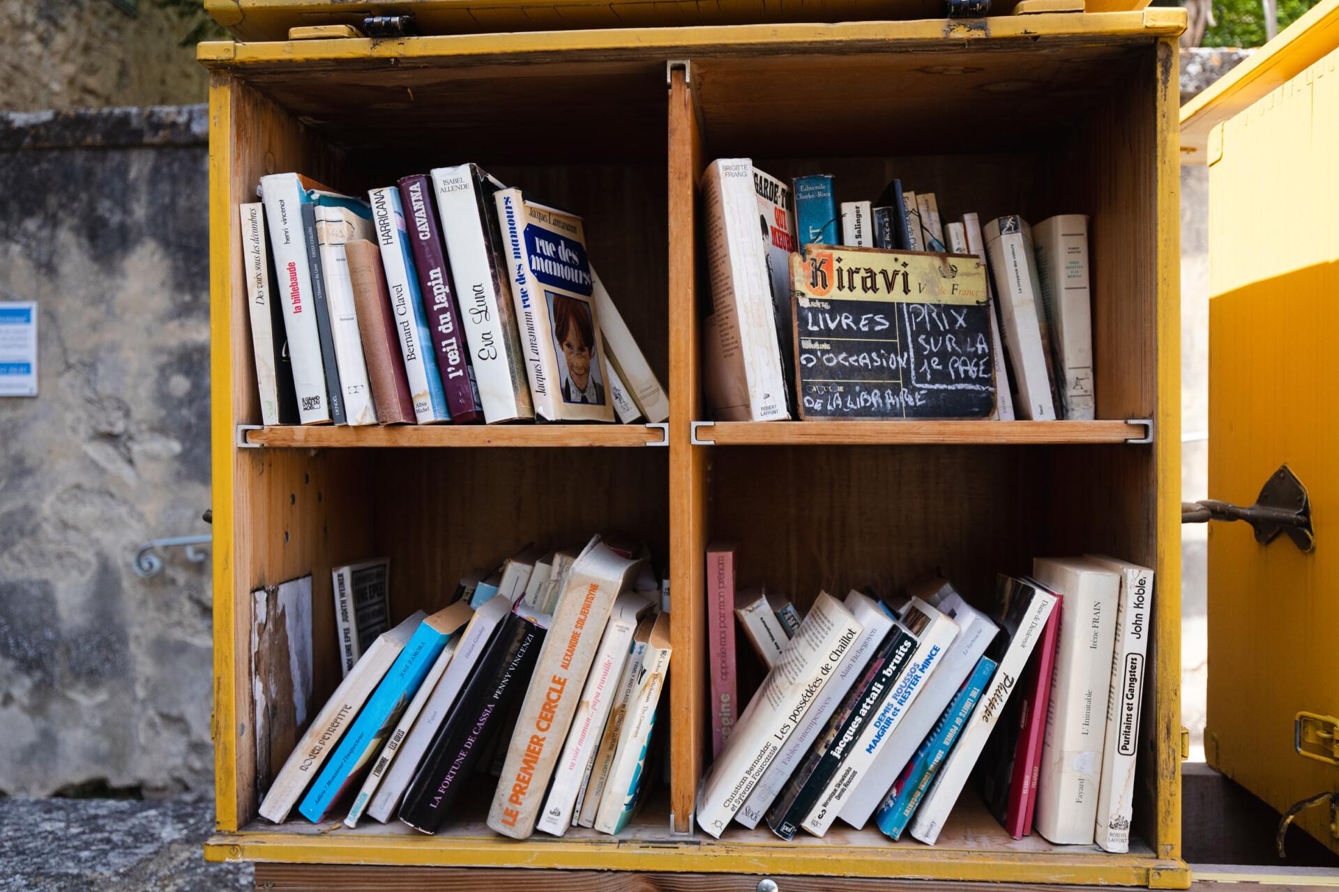 Armoire remplie de livres d'occasion