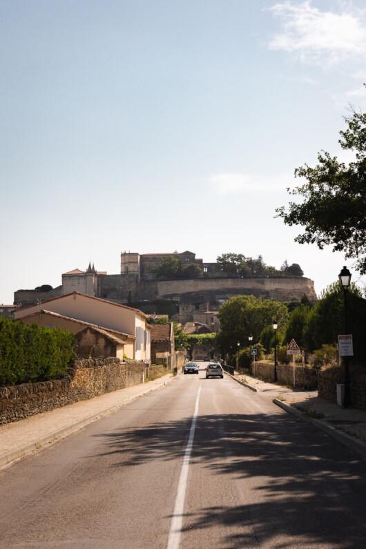 Vue sur Grignan et son château perché au sommet d'un piton rocheux