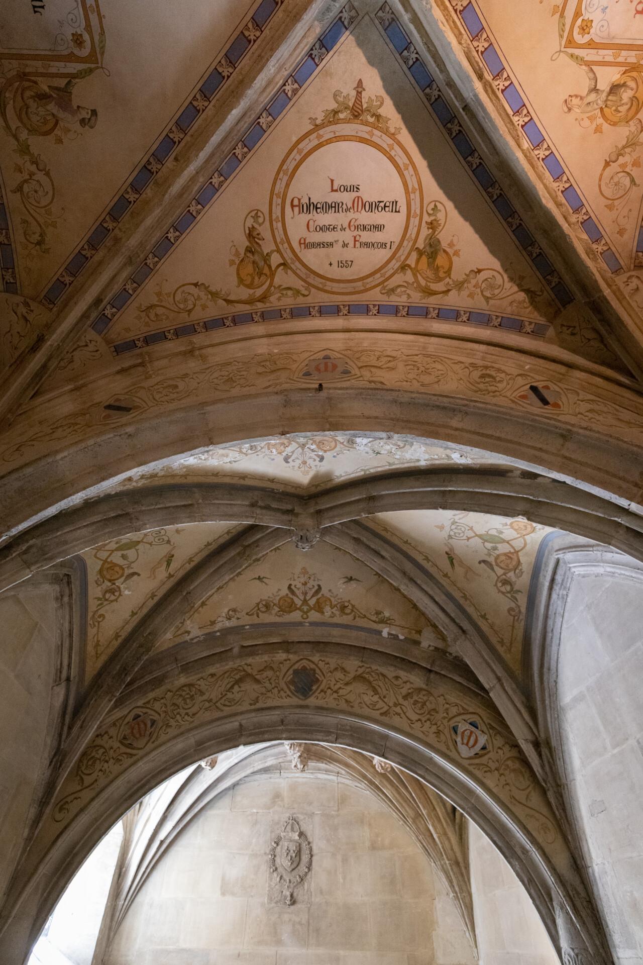 Plafond vouté en ogive au château de Grignan. On peut observer des décorations peinte dessus, nottamment un médaillon portant les mentions de l'ancien compte de Grignan, Louis Adhémar de Monteil